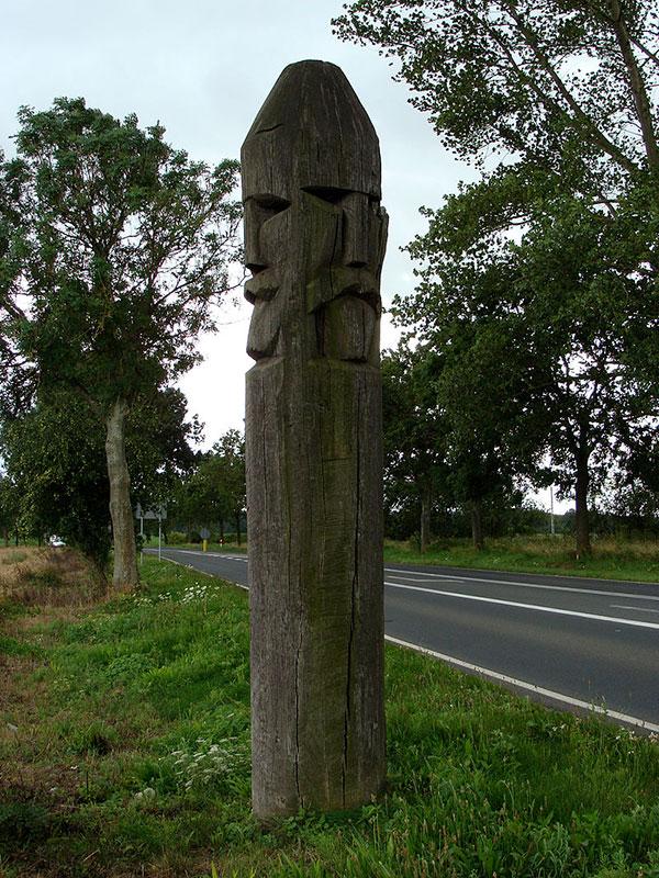 posąg trzygłowa